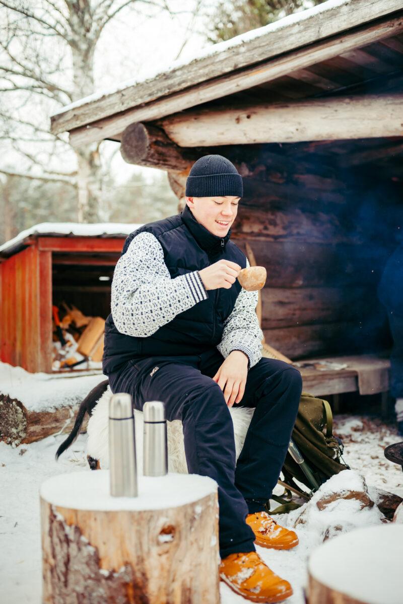 Poika juo kavia kuksasta Heikin Leivän laavulla.